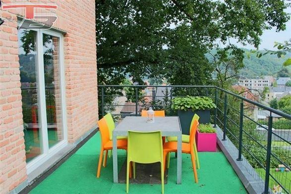 Villa 4 chambres avec terrasse et garage sur terrain de 963 m², idéalement située sur les hauteurs de Spa dans une voie sans issue, proche du centre. PEB classe C.