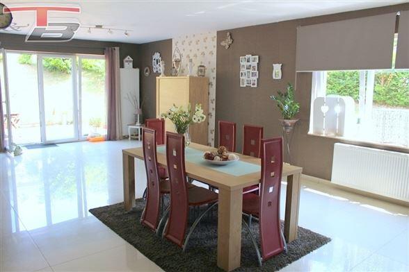Villa 4 chambres de 190m² habitables avec vastes terrasses et garage sur terrain de 1.159 m², idéalement située dans un environnement calme et verdoyant offrant une superbe vue, proche du centre.