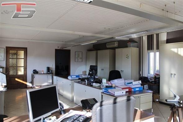 Spacieuse villa 4 à 5 chambres de 220 m² habitables avec piscine idéalement agencée pour partie professionnelle ou 2 appartements