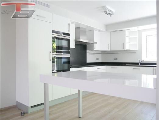 Maison basse énergie neuve 4 chambres de 147m² avec terrasse et parkings idéalement située au calme et à proximité immédiate du centre-ville