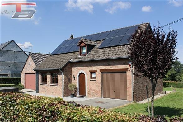 Villa 3 chambres sur 1.048 m² avec terrasse et garages idéalement située au calme dans un quartier prisé.