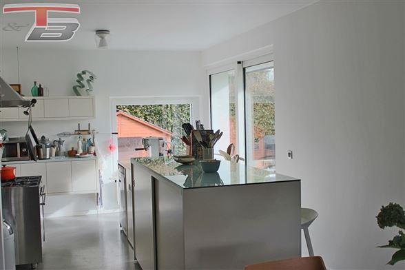Villa 3 chambres (poss. 4) de 165m² avec intérieur contemporain idéalement située dans un quartier prisé à 3 minutes du centre-ville