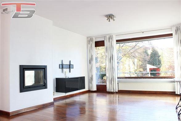 Lumineuse villa 3ch de 136m² sur beau terrain de 1.022 m² située dans un quartier prisé à proximité du centre-ville.