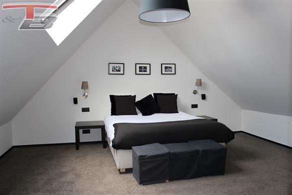 Appartement de charme 2/3 chambres de 111m² avec spacieuse terrasse situé au calme dans un immeuble XVIIIème de caractère récemment rénové !