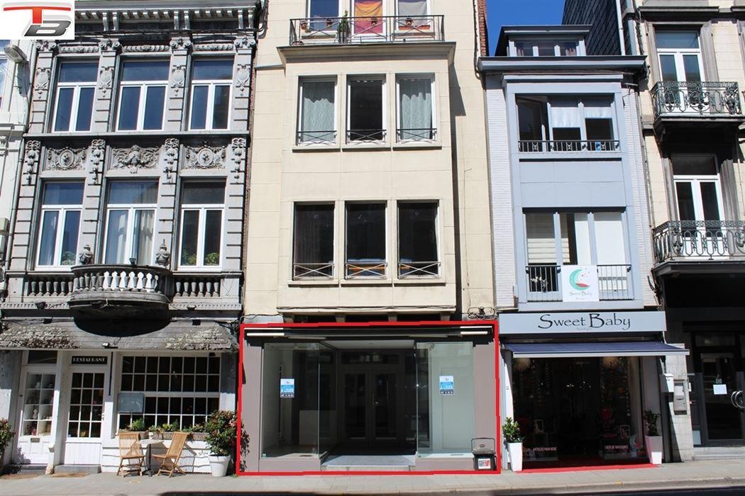 Surface commerciale de 72m² avec vitrines située dans une des rues principales du centre-ville.