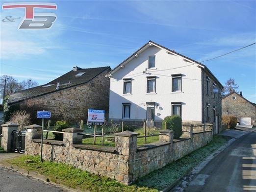 Maison villageoise 4 façades 5 chambres de 157 m² habitable avec fenil et garage/atelier sur terrain de 631 m² située au calme dans le hameau d