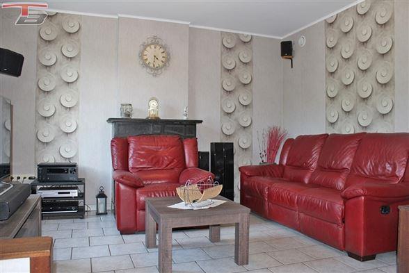 Spacieuse maison 5 chambres de 141m² avec cour et garage située à proximité immédiate des services et accès autoroutiers - Possibilité frais réduits !
