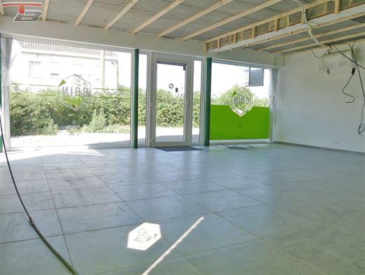 Surface commerciale lumineuse de 56m² idéalement située à Tiège à proximité immédiate de la E42 !