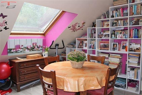 Appartement duplex de 91m² composé de 3 chambres avec jardin de 126m² et carport privatif. RC: 666€.