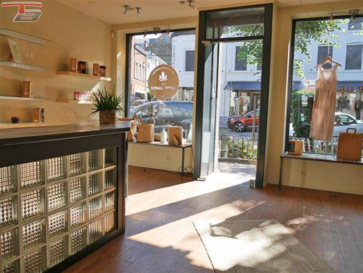 Surface commerciale entièrement vitrée idéalement située sur la Place Verte.