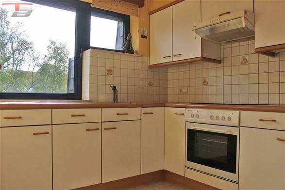 Appartement 2 chambres en très bon état général avec terrasse bien exposée, cave et garage dans un quartier résidentiel prisé