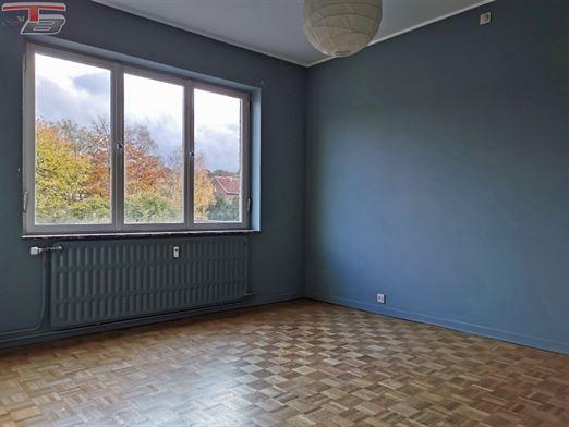 Lumineux appartement 2 chambres de 83m² en bon état avec terrasses avant et arrière idéalement situé dans le centre-ville