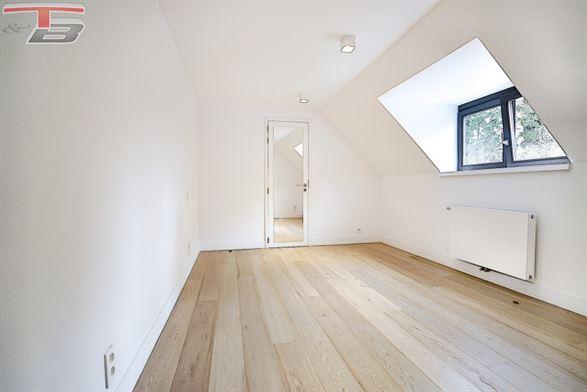 Appartement de standing 2 chambres (poss. 3) de 145m² entièrement équipé avec terrasse situé dans un quartier prisé